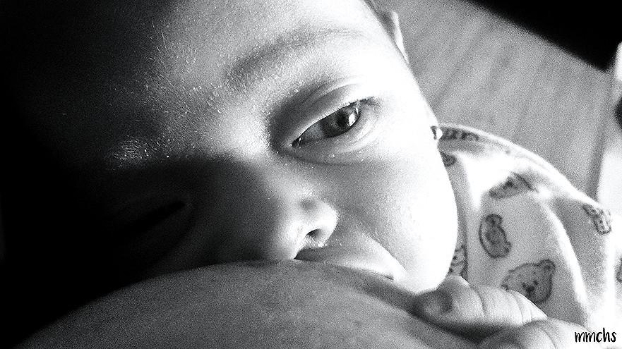 bebé recién nacido mamando