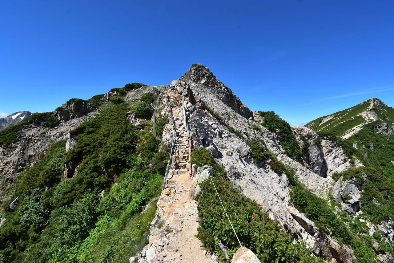 白馬八方尾根 狭い岩稜登山道