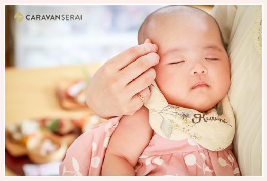 ママの腕の中で眠る赤ちゃん