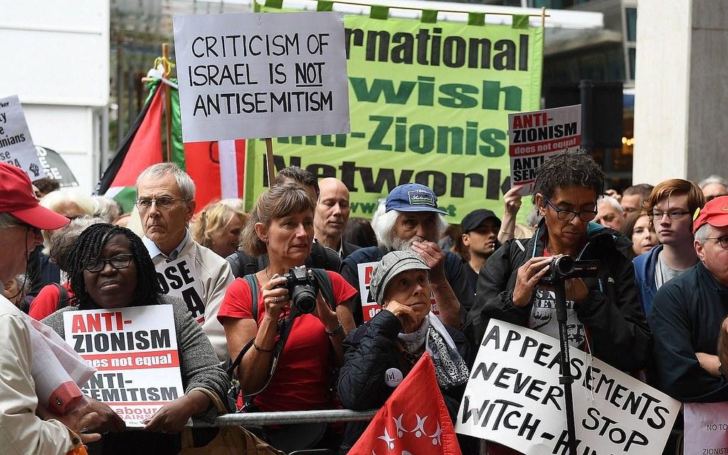 工党全国执行委员会决定接受IHRA反犹太主义定义前夕,反对与支持方于会场外聚集。(图片来源:Stefan Rousseau/AP)