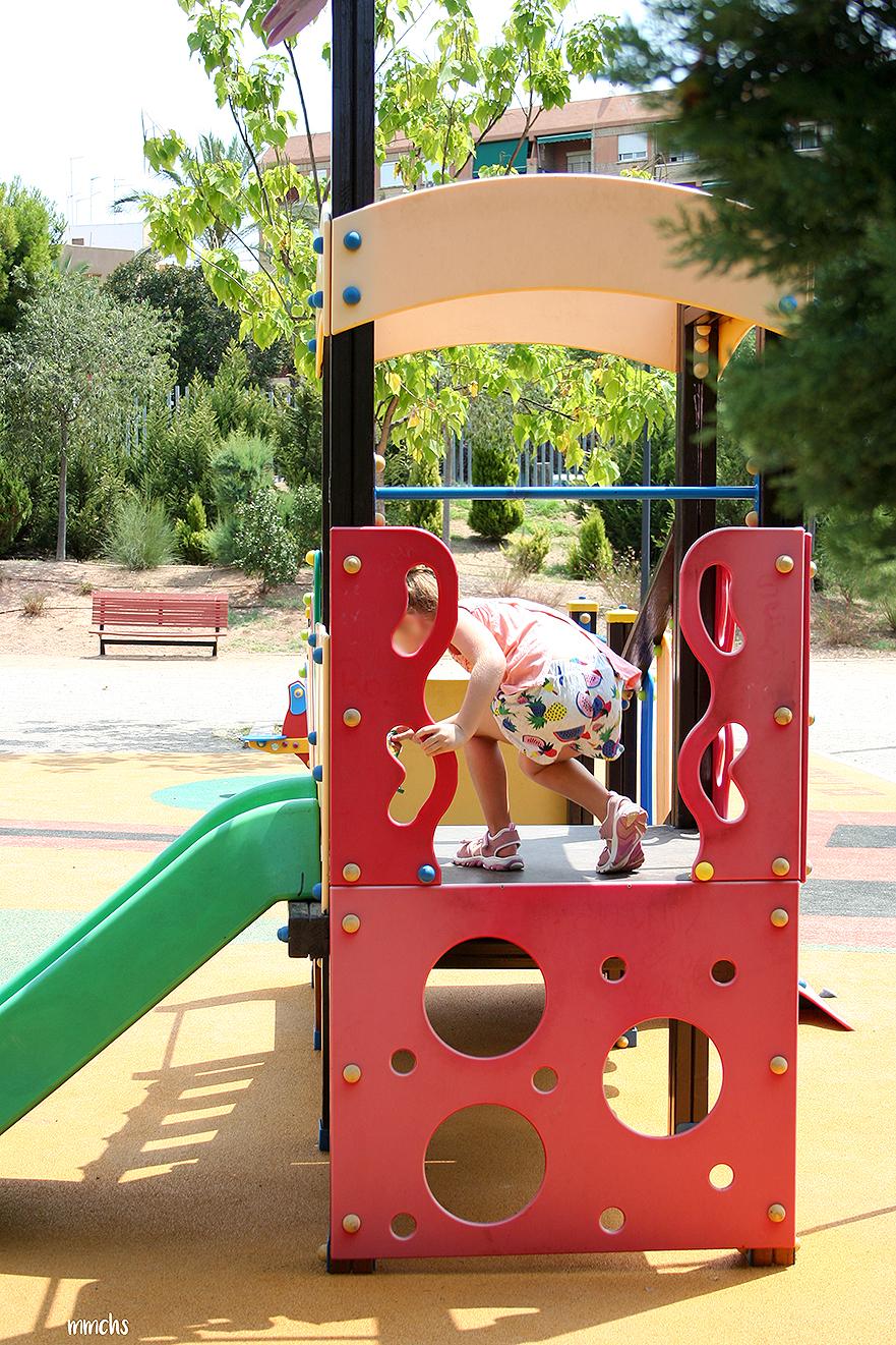 columpios para niños en el parque central de Paterna