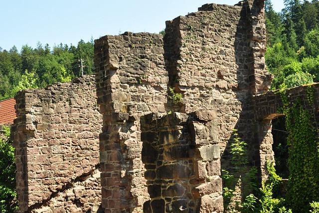 Es blüht zwischen den Ruinen ... Klosterruine Frauenalb ... Foto: Brigitte StolleEs blüht zwischen den Ruinen ... Klosterruine Frauenalb ... Foto: Brigitte Stolle