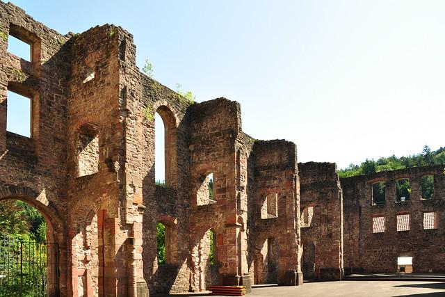 Es blüht zwischen den Ruinen ... Klosterruine Frauenalb ... Foto: Brigitte Stolle