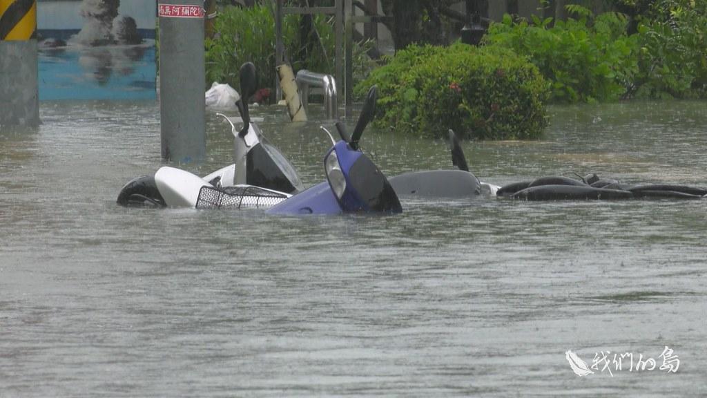 969-1-16s嘉義縣布袋鎮過溝與新厝里位於排水線路的下游,上游的洪水傾洩而下,積在這裡無法宣洩,堤外水位比堤內還高。