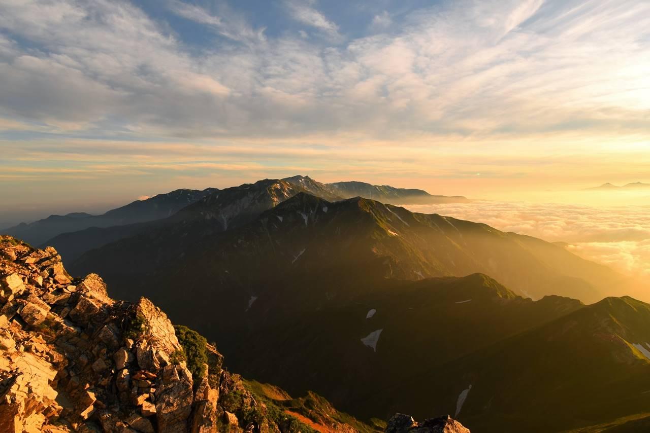 朝日と雲海に浮かぶ唐松岳~白馬岳