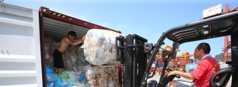 廢塑膠進口貨櫃。照片來源:關務署臉書。