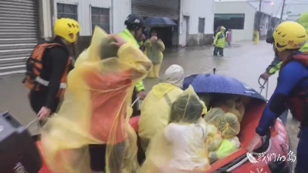 969-1-12s在台南市仁德區,水淹進幼兒園,救難人員把孩童一一抱上救生艇送往安全的地方。
