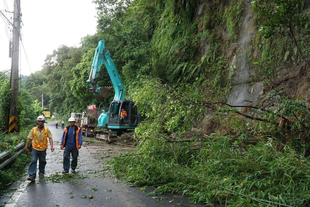 瑪莉亞颱風來襲 副縣長挺進五峰後山勘災。圖片來源:新竹縣政府