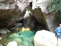 La vasque sous roche à la traversée du ruisseau dans la brèche