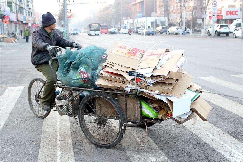 在正規化的回收體系還未成型之時,就提前將非正歸從業者趕走,是否合理?圖片來源:Tianjia Liu
