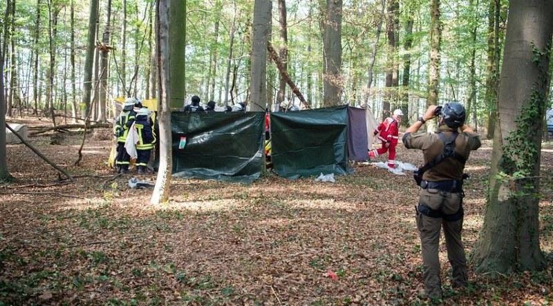 警方為事故現場圍起圍籬。照片轉載自Unicorn Riot,Aachener Zeitung攝。