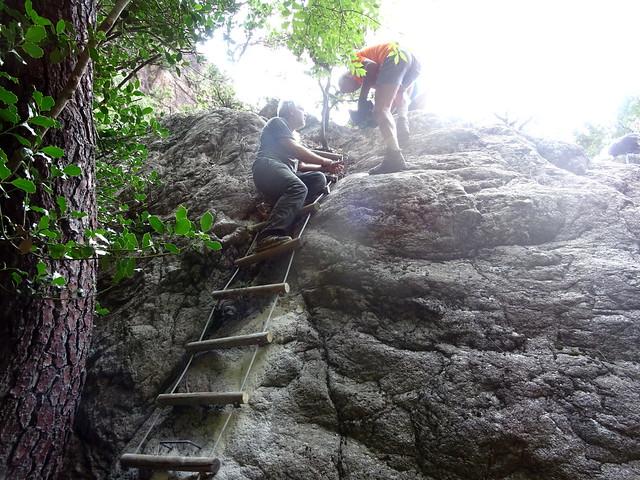 Mise en place des scellements pour montée/descente du bloc au-dessus de la traversée du ruisseau