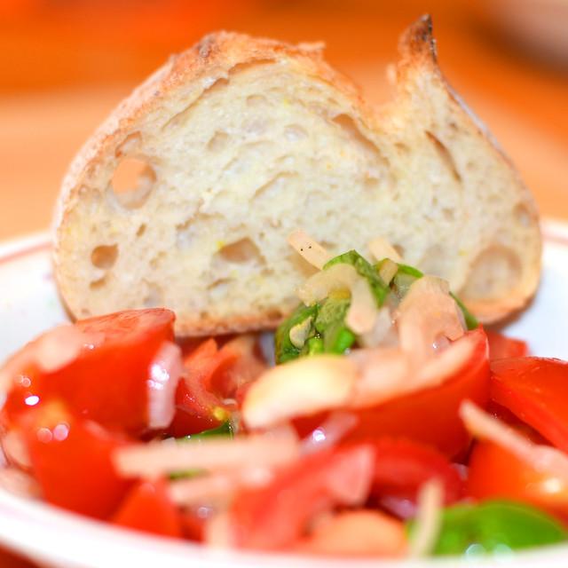 Spaghetti mit Meeresfrüchten ... Frutti di Mare ... Tomatensalat, Kräuter ... Rotwein ... Foto: Brigitte Stolle
