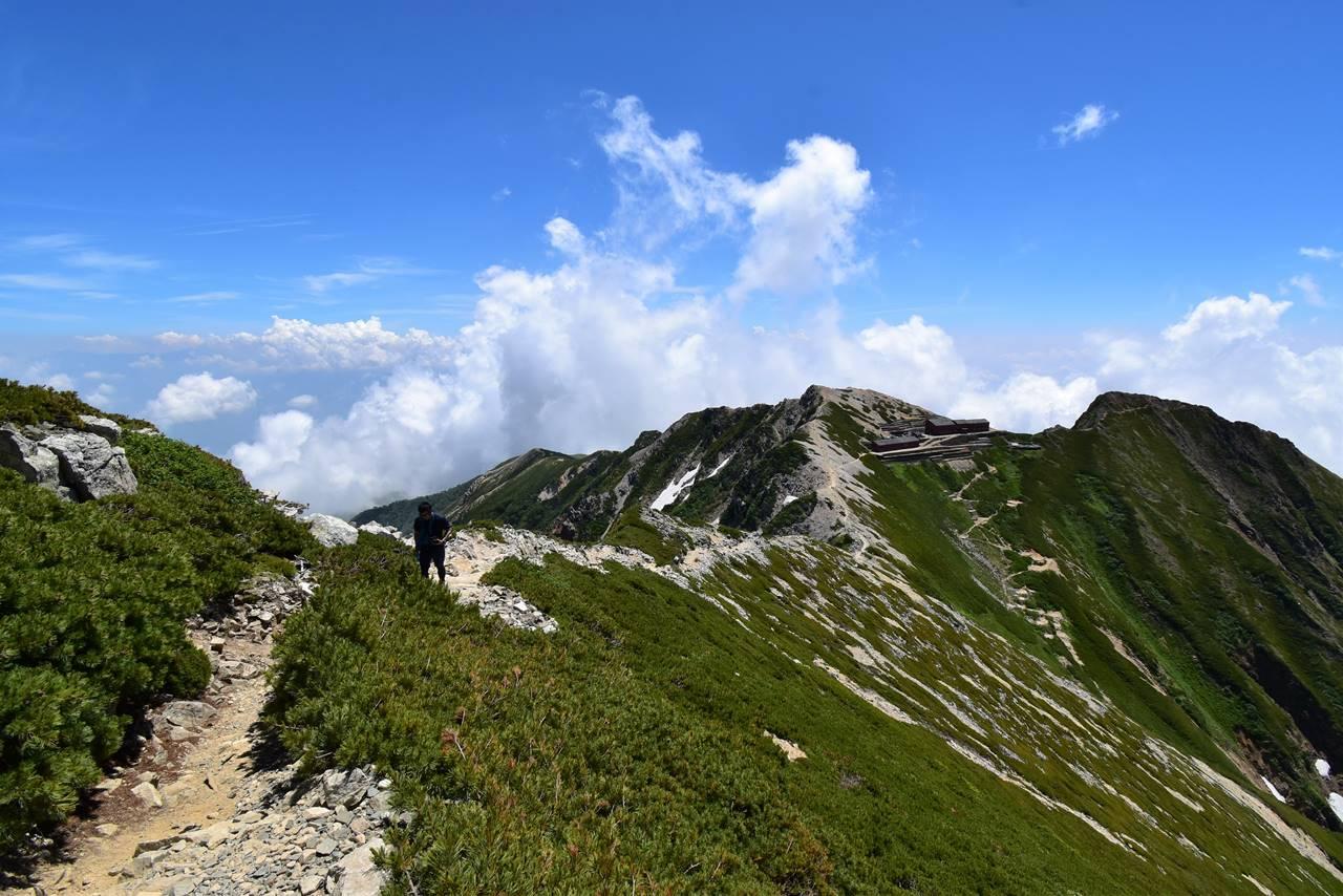 唐松岳から頂上山荘へ戻る