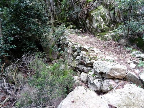 Le départ du chemin du Carciara aval depuis l'entrée de la brèche