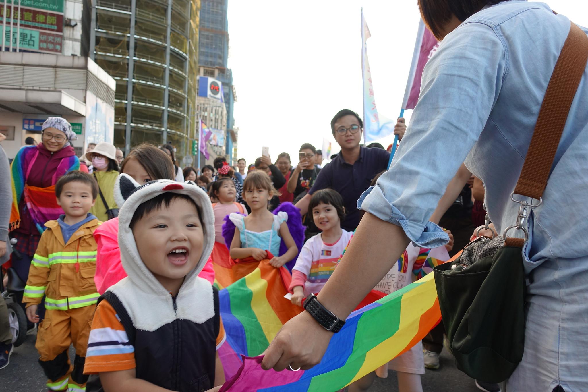 一群同志家長帶著他們的孩子一起遊行。(攝影:張智琦)