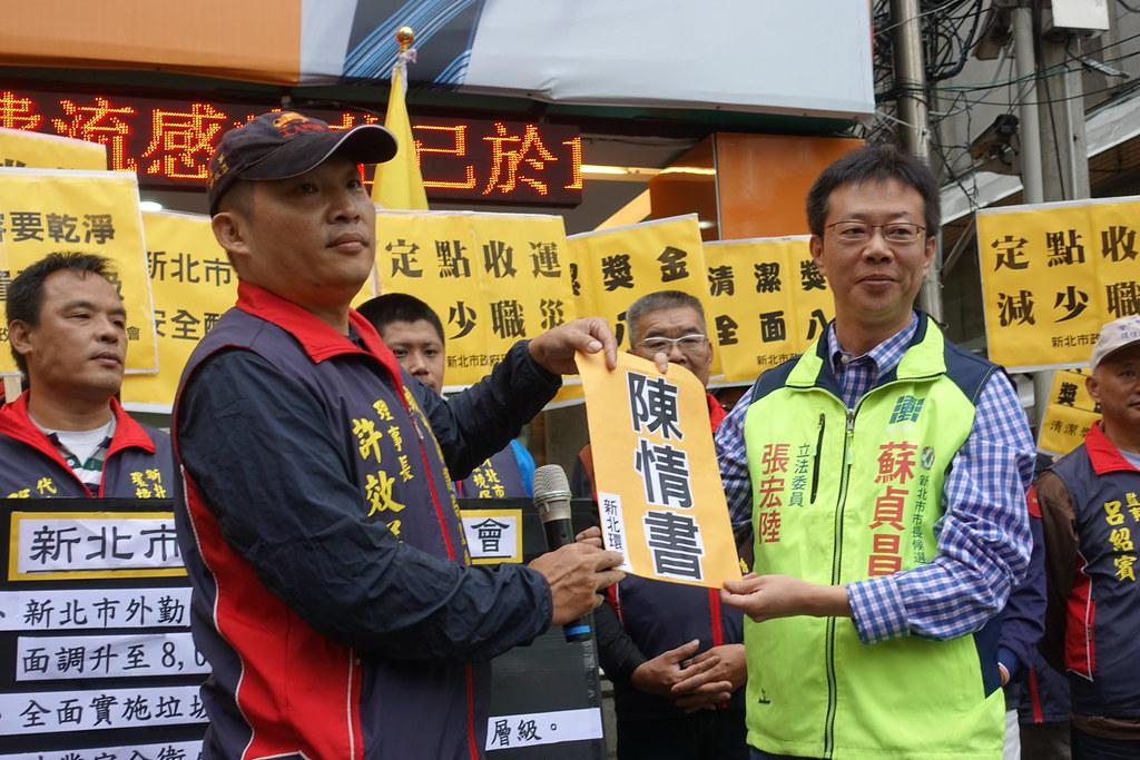 民進黨立委張宏陸代表蘇貞昌總部接下工會陳情書。(攝影:張智琦)