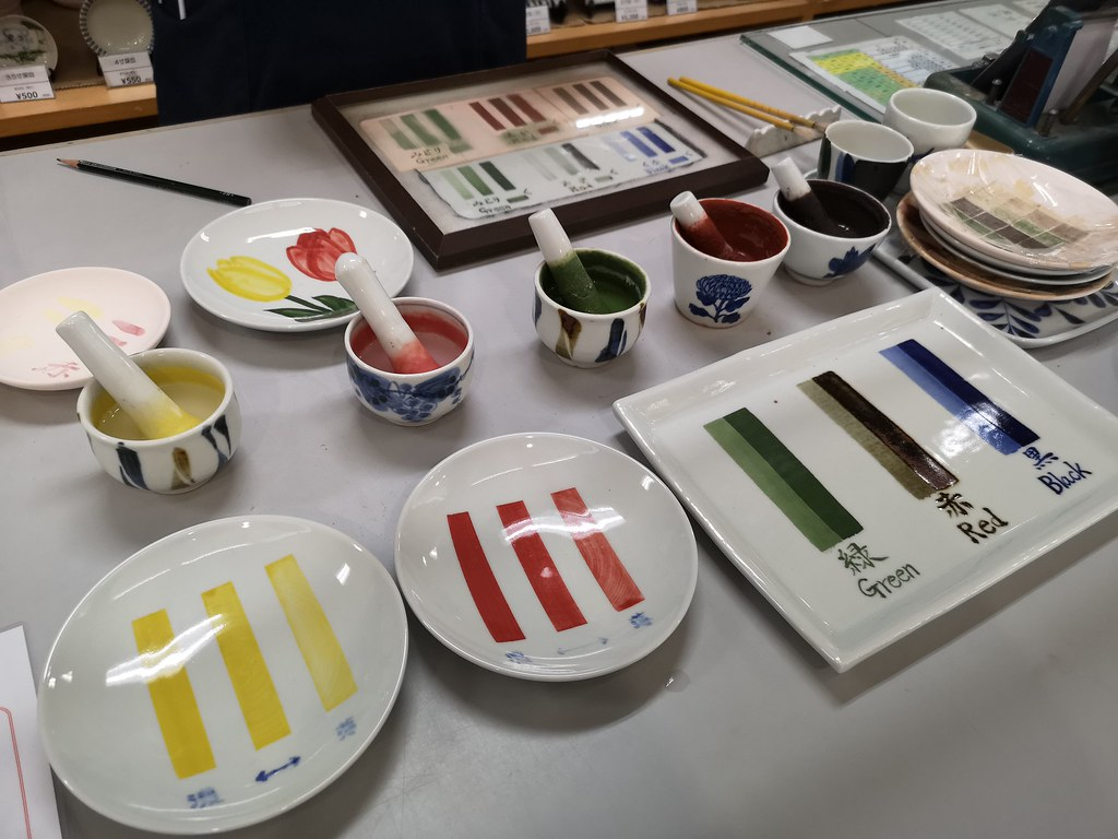 Tobe ceramics sport simple designs in primary colours. The staff there explains briefly how we are supposed to use the paints.