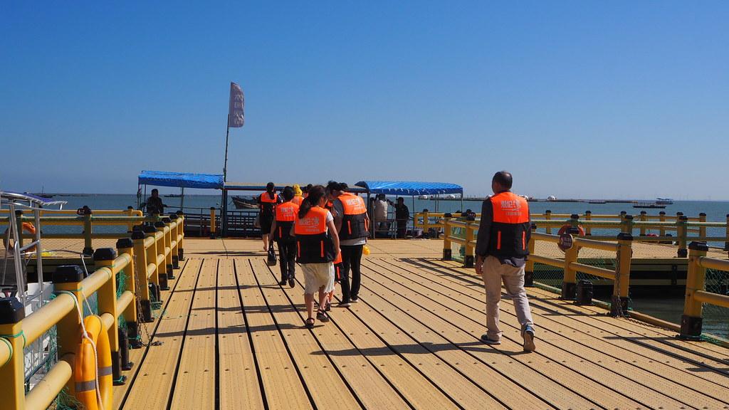 游客從海洋牧場碼頭乘船前往海上平台。攝影:康寧