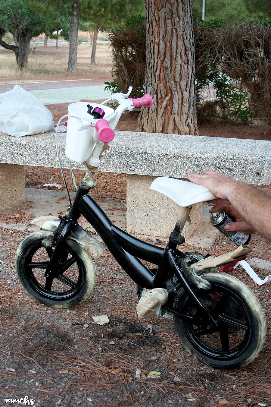 pintar una bici rosa de niña en una de color negro