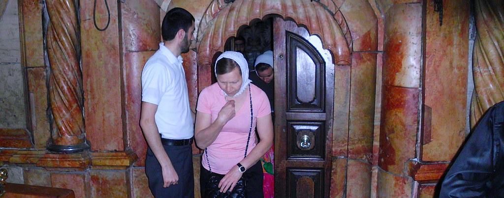 Православные паломники у Гроба Господня в Иерусалиме.
