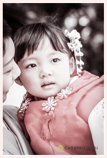 七五三 神社でママに抱っこされる女の子