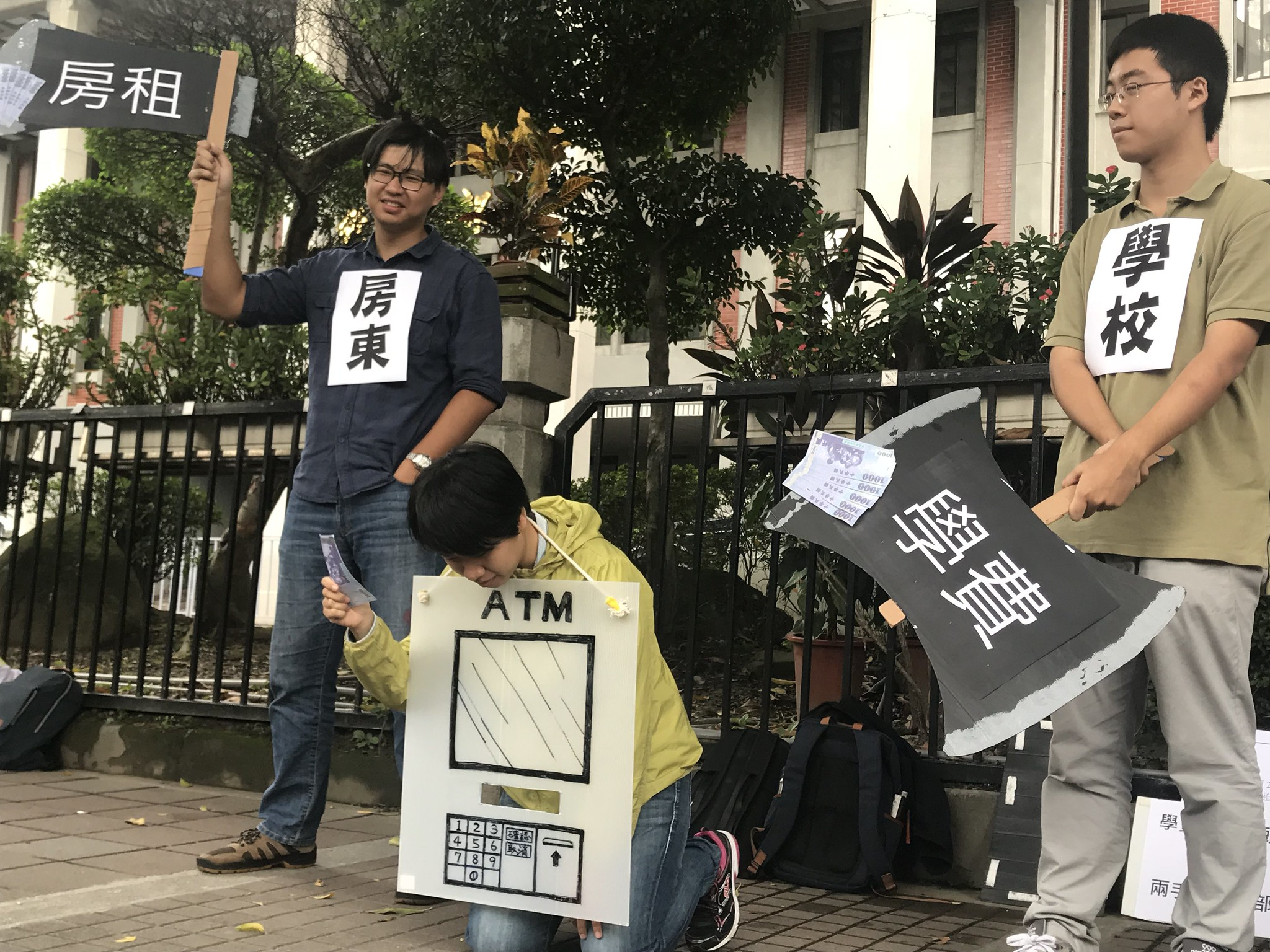 學團以行動劇表達被學費與居住費用夾擊的學生的處境。(攝影:張宗坤)