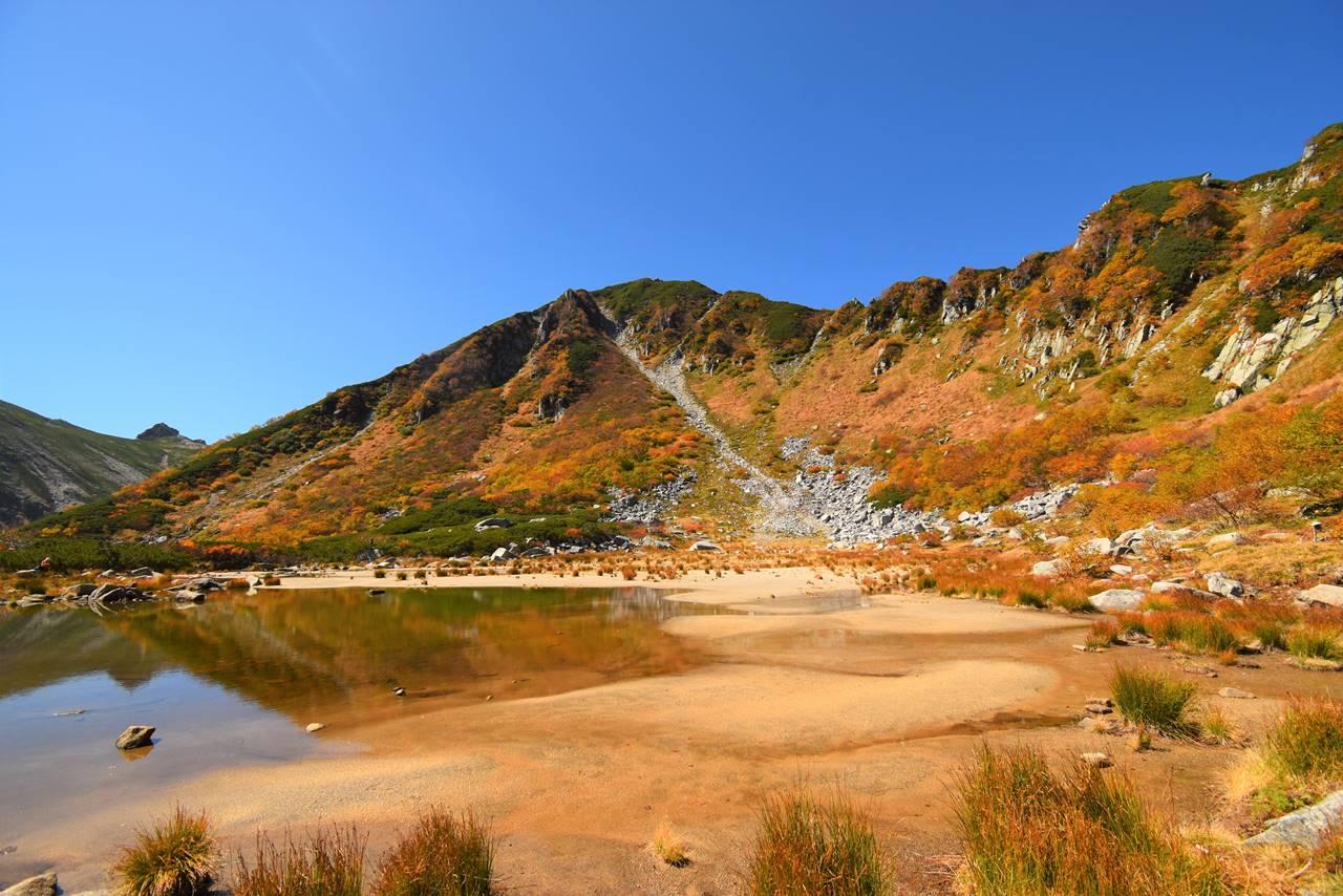 濃ヶ池の紅葉と岩稜帯