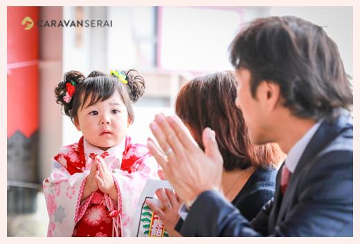 七五三 参拝で手を合わせる3歳の女の子