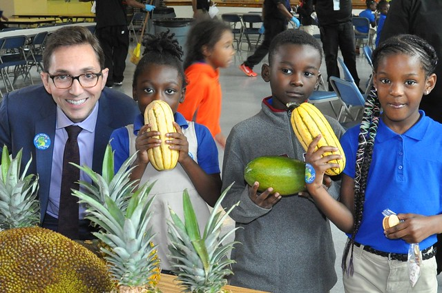 Acting Deputy Under Secretary for Food, Nutrition and Consumer Services Brandon Lipps with students