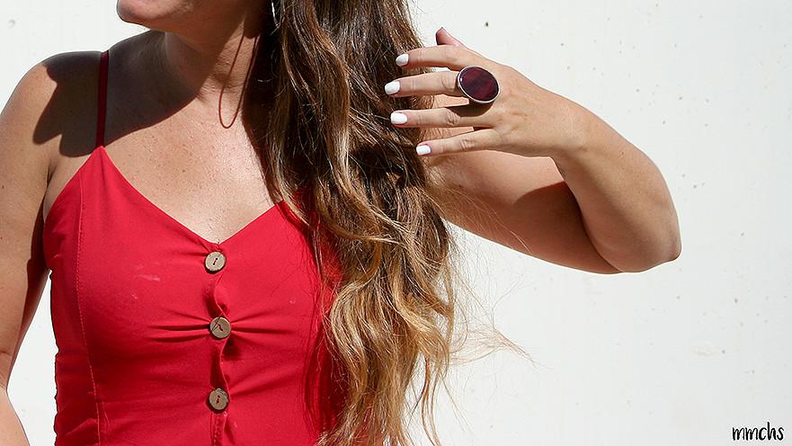 vestido rojo de mujer y complementos
