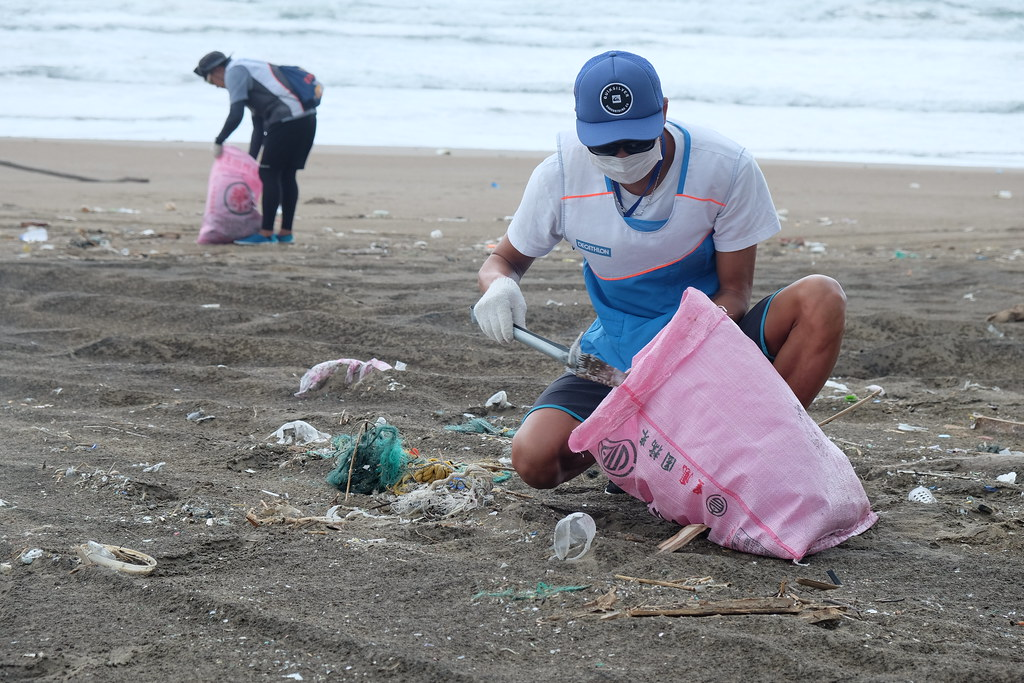 志工於沙灘上撿拾垃圾。(攝影:曾子郡)