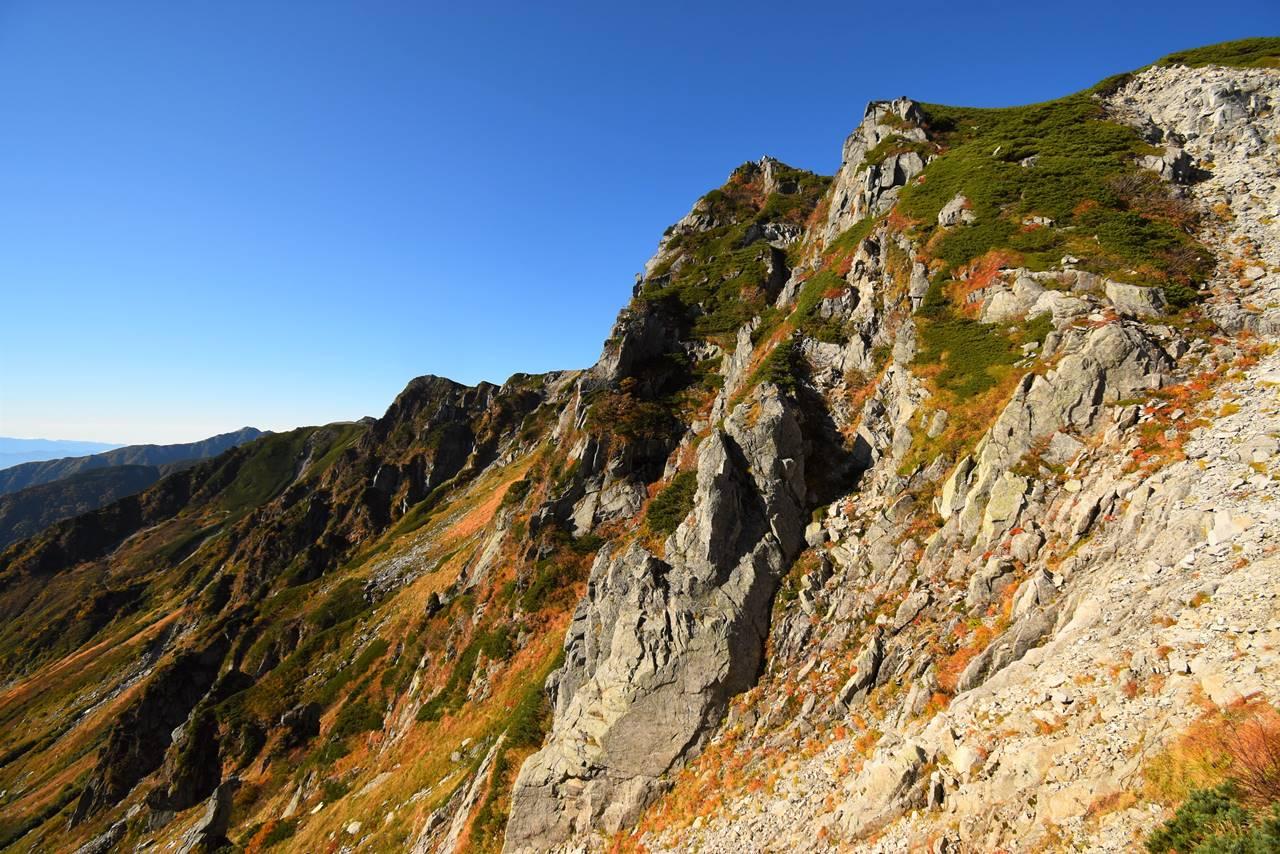 千畳敷カールの岩壁と宝剣岳