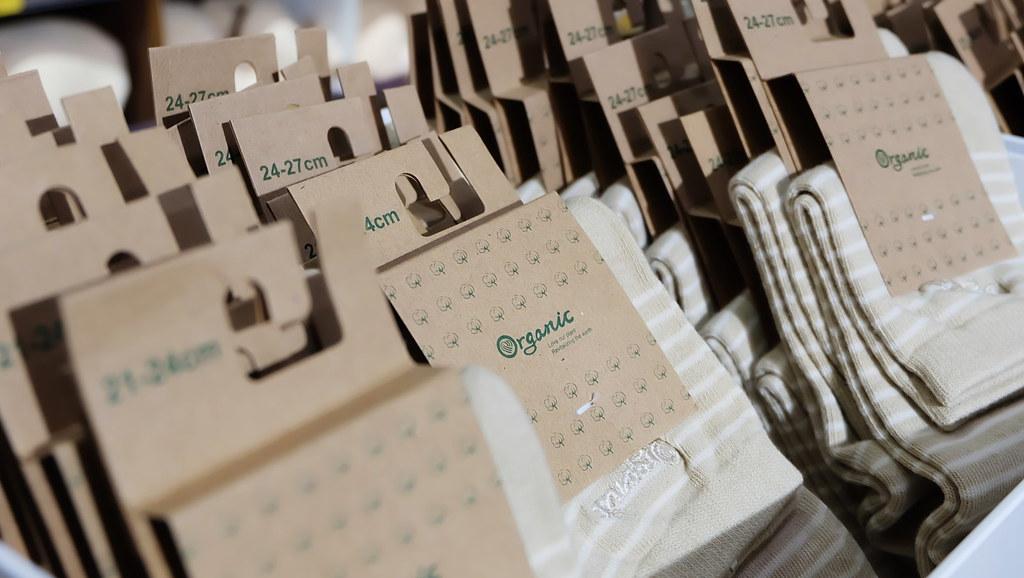 包裝如何減塑?設計方式須重新思考,圖為有機棉襪。 攝影:陳文姿