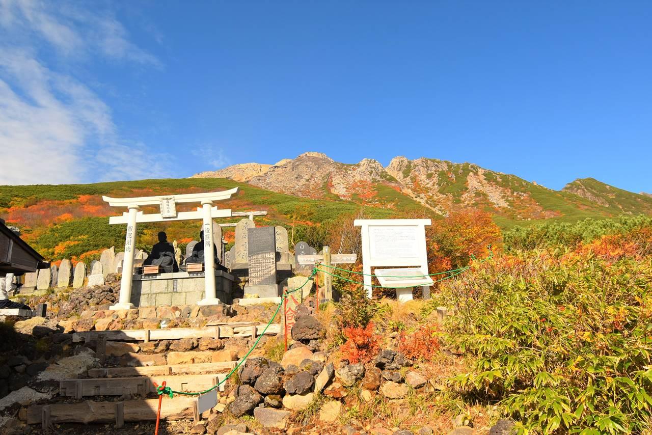 女人堂からの御嶽山と紅葉風景