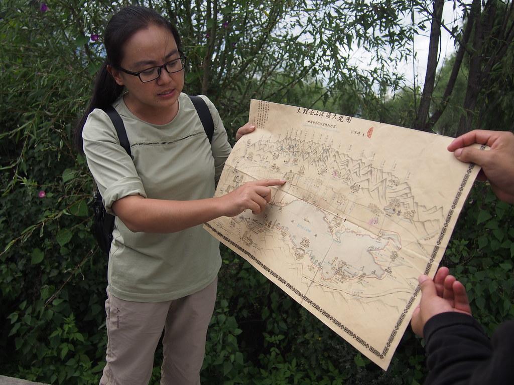 寬山遠見的尹婷婷介紹大理的人文歷史背景。攝影:陳宣竹