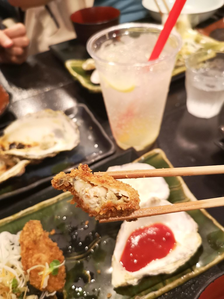 The oyster encased with a deep-fried panko crust is still juicy on the inside. Wash it all down with a Hiroshima Lemon Gin Cider drink, 700 yen.