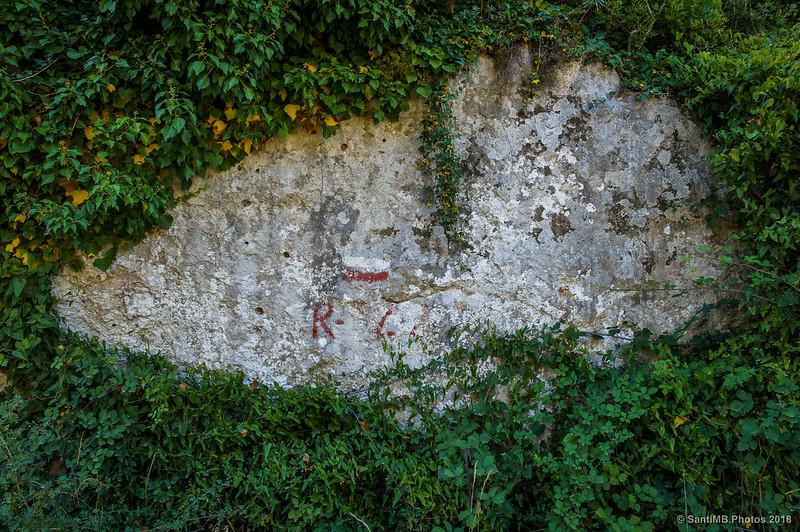 Marca del GR-92-3 en el camino de la Seguera