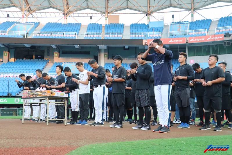 桃猿在台灣大賽前拜拜祈福。(行大昀/攝)