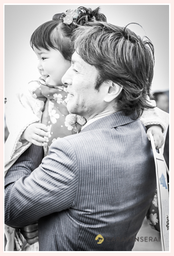 七五三 パパに抱っこされる3歳の女の子