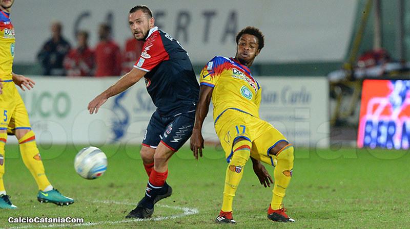 Angelo D'Angelo contrastato da Baraye nel match di andata tra Casertana e Catania