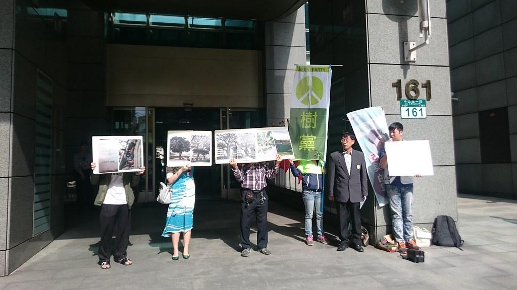 護樹團體認為,樹木移植計畫應該進入樹保會的大會審查。賴品瑀攝。