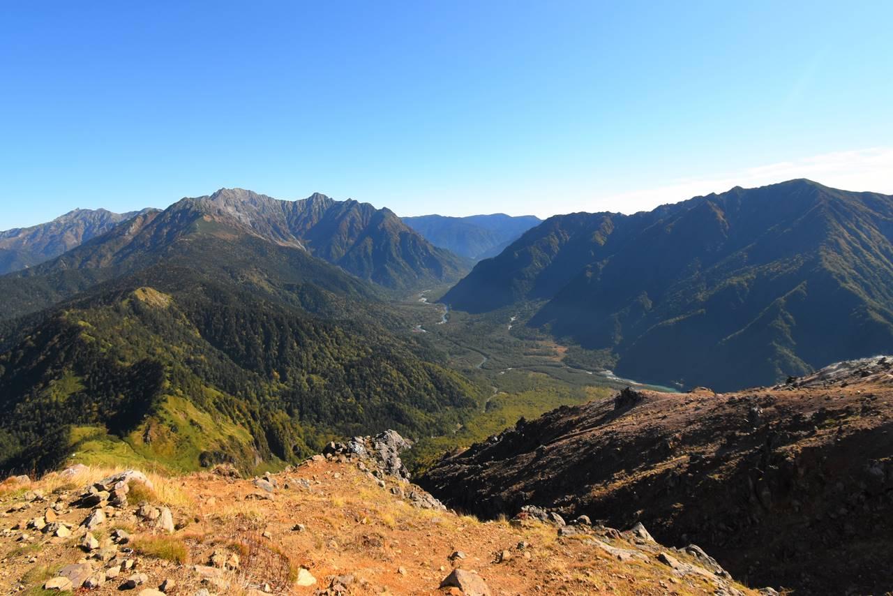 焼岳山頂から眺める穂高岳と上高地