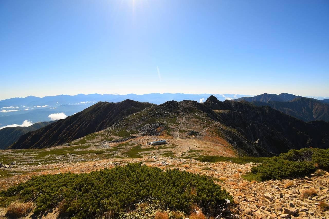 木曽駒ヶ岳山頂から眺める南アルプスと宝剣岳