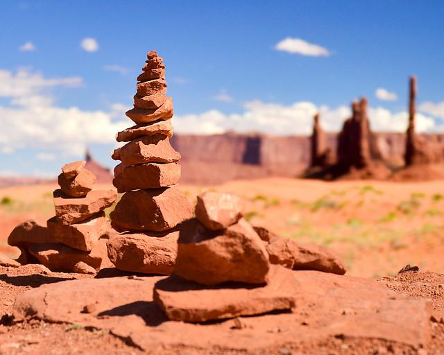 Ofrendas junto al Totem Pole de Monument Valley desde el Birds Spring Overlook