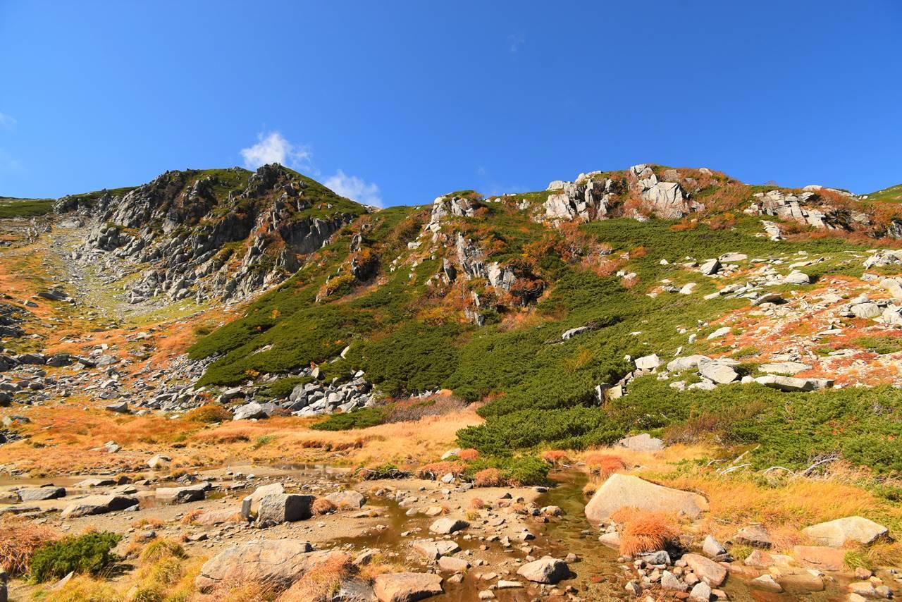 中央アルプス・駒飼ノ池から見上げる中岳の岩稜帯