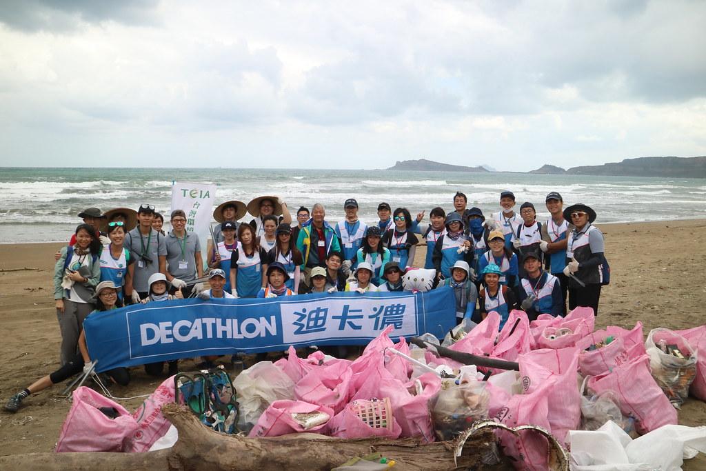 志工在一小時的淨灘行動中,收集將近200公斤的沙灘垃圾。(攝影:吳宜靜)