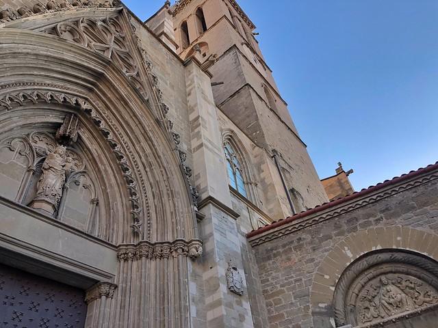 Seu de Manresa con los tímpanos gótico (izquierda) y románico (derecha) a la vista