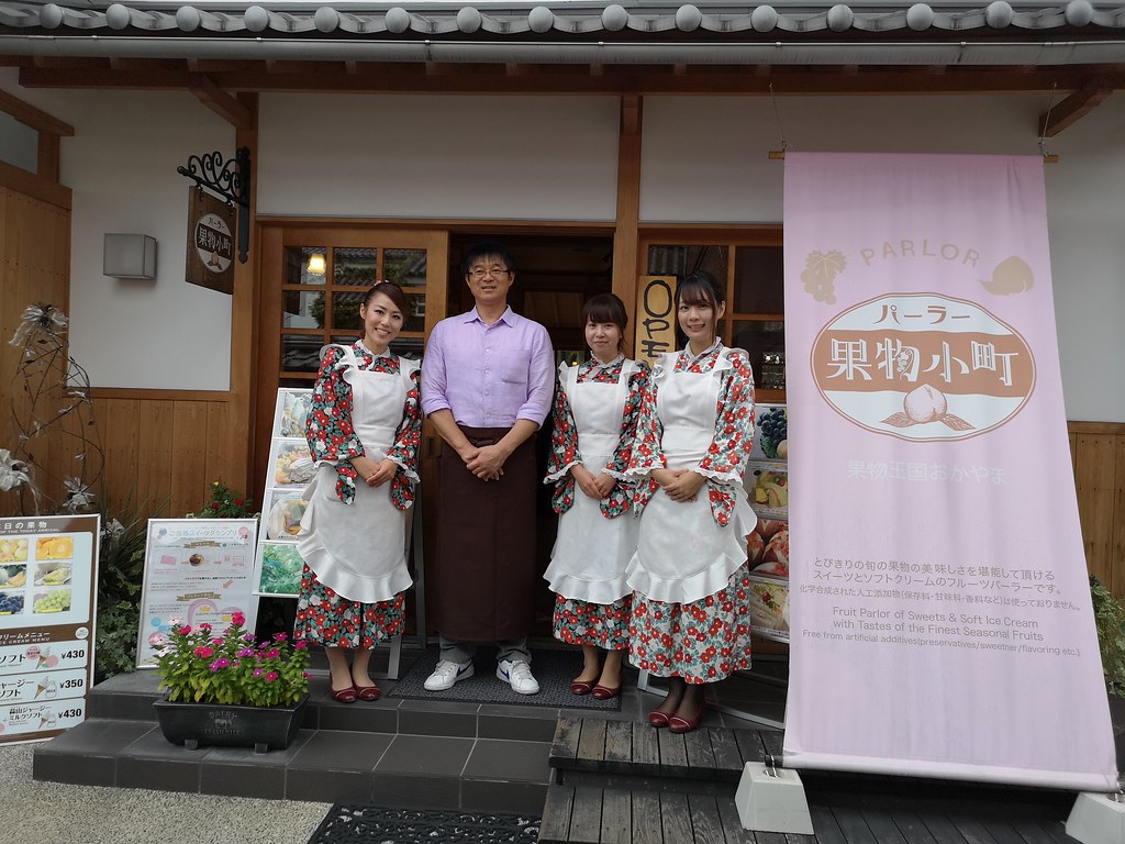 Mr Ishii Tokuya, the dessert chef, with the cute waitresses at Kudamono Komachi Soft Serve store in Kurashiki Yoimachi Garden.