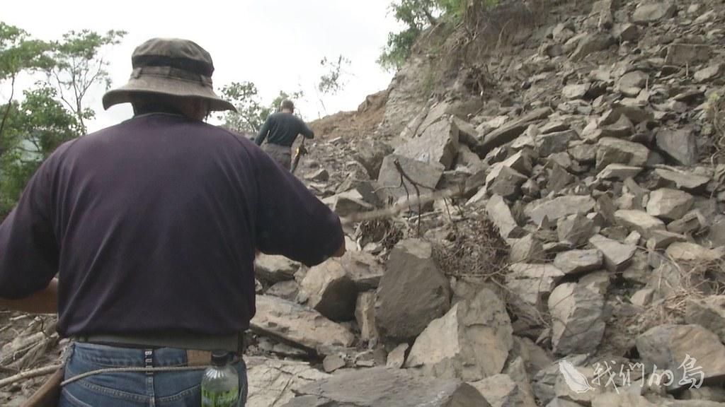 975-2-10安朔部落排灣族人與專家學者,沿著安朔溪谷,走要去看看到底那片林子被砍的多嚴重。